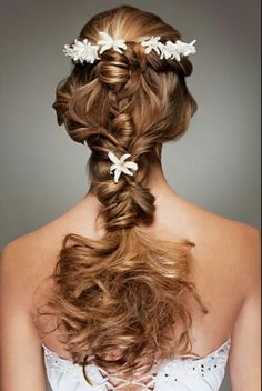 If you have ultra-long hair, you won't miss the romantic curls. Romantic curls can be worn by brides, bride maids and other distinguished guests. The hair can bring a romantic and pretty look, so. Romantic Hairstyles, Braided Hairstyles For Wedding, Crown Hairstyles, Bride Hairstyles, Pretty Hairstyles, Hairstyle Wedding, Wedding Hairdos, Wedding Braids, Wedding Hair Flowers