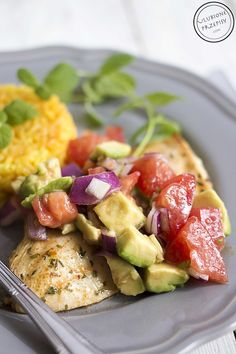 Share Tweet Pin Mail Delikatna, świeża i orzeźwiająca pierś z kurczaka z salsą z awokado i pomidora z dodatkiem czerwonej cebuli to pomysł na ...
