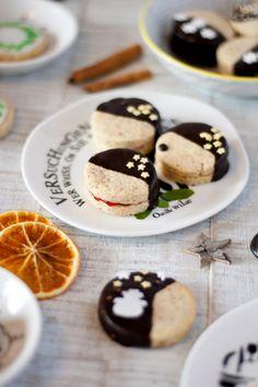 Tipps für Weihnachten: Schneeflöchen Plätzchen in vier Varianten // Snowflakes Cookies in four different ways by http://babyrockmyday.com/schneefloeckchen-plaetzchen/