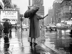 Женщина ловит такси на Таймс-сквер, 1955 год
