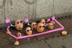 #instalaciones #urbanas-de #arte-#alimenticio-por-peter-pink/  #arte #alimentación #fresas #sandias #kiwis #fruit #potatoes