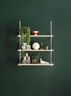 ▷ Fresh Wall Paint Ideas in Green - Color Trend ▷ frische Ideen für Wandfarbe in Grün – Farbtrend 2017 Intensive, green wall with a minimalist shelf # Green decor # shelf point - Wall Design, House Design, Display Design, Design Design, Dark Green Walls, Dark Walls, Dark Teal, Green Painted Walls, Regal Design