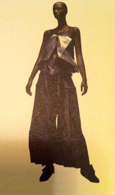 Ligne de vêtements 132 5. ISSEY MIYAKE, 2010. Une fois la forme tridimensionnelle conçue sur ordinateur, elle est pliée en une forme bidimensionnelle selon des lignes prédéfinies.