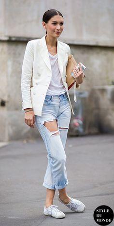 Blazer สีขาว, เสื้อยืดสีขาว, กางเกงยีนส์, รองเท้าผ้าใบ