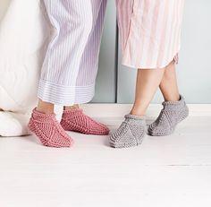 Kotitossut – katso ohje! | Meillä kotona Crochet Socks, Make Your Own, Capri Pants, Slippers, Knitting, Crafts, Crocheting, Diagram, Craft Ideas