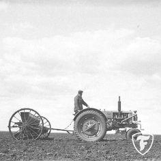 Antique Tractors, Vintage Tractors, Old Tractors, Vintage Farm, Tractor Pictures, Minneapolis Moline, Case Tractors, History Photos, Old Farm