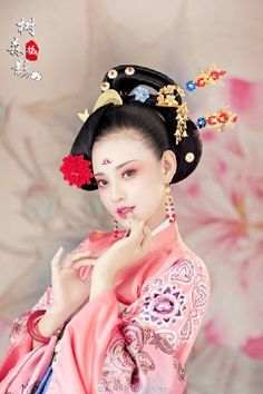 微博 Geisha Japan, Versace, Chinese Clothing, Chinese Dresses, Anatole France, Asian Fashion, Chinese Fashion, Asia Girl, Chinese Culture