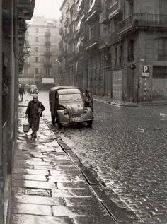 Carrer del Rec a Barcelona, Catalogne / Catalonia Barcelona City, Barcelona Catalonia, Old Pictures, Old Photos, Vintage Photos, Paris Street, Travel Around The World, Street Photography, Black And White