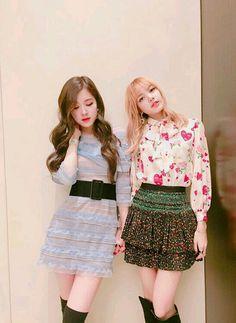 Rose and Lisa//BlackPink Blackpink Fashion, Korean Fashion, South Korean Girls, Korean Girl Groups, Blackpink Youtube, Queens, Jennie Lisa, Blackpink Photos, Blackpink Jisoo