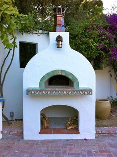 Outdoor pizza ovens are easily installed using a Forno Bravo modular oven kit.