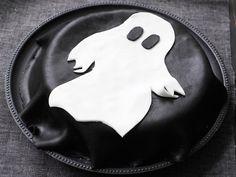 Salmiakki-lakritsitäytekakku, koristeluehdotus. Superhero Logos, Halloween, Food, Art, Art Background, Essen, Kunst, Meals, Performing Arts