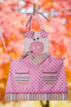 Children's Quilted Pink Piggy Apron by Fabric Crafts, Sewing Crafts, Sewing Projects, Childrens Aprons, Cute Aprons, Sewing Aprons, This Little Piggy, Kids Apron, Aprons Vintage