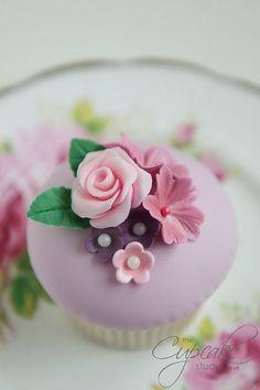 Vintage floral cupcakes by The Cupcake Studio, via Flickr