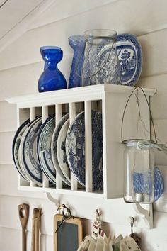 wise living: in style: charming scandinavian cottage Luxury Interior Design, Interior Design Kitchen, Small Modern Kitchens, Kitchen Small, Warm Kitchen, Country Kitchen, Scandinavian Cottage, Plate Racks, Plate Holder