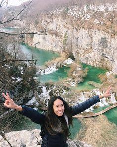 📍Plitvice Lakes, 300km2 de paisagens maravilhosas, 16 lagos interligados por cachoeiras, natureza, trilhas, ar puro e paz 🦋🌿🌱🏔💙🇭🇷 • • • •…