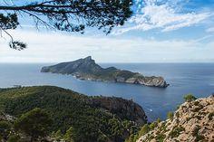 """Sa Dragoner – die """"Dracheninsel"""" – ist eine kleines Eiland vor der Küste Mallorcas und gehört zum Gebiet der Gemeinde Andratx. Sie wird von Mallorca durch einen bis zu knapp 800 Meter breiten Kanal, den Canal des Freu, getrennt. Die höchste Erhebung der Insel ist der 353 Meter hohe Berg Na Pópia. Dort steht auch ein alter Leuchtturm, der aber heute nicht mehr in Betrieb ist."""