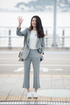 Kim Tae-ri (김태리) - Picture @ HanCinema :: The Korean Movie and Drama Database Diy Fashion Hacks, Fashion Tips, Kim Min Hee, Pantsuits For Women, Ulzzang Fashion, Korean Celebrities, Korean Actresses, Office Outfits, Girl Model