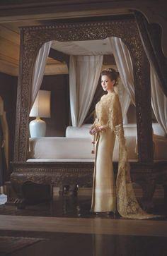 ชุดไทยแต่งงาน มิลาน   ชุดแต่งงาน   Thai Wedding Dress   2Bbride.com Traditional Thai Clothing, Traditional Dresses, Thai Wedding Dress, Wedding Gowns, Thai Fashion, Thai Dress, Thai Style, Silk Dress, Cambodian Wedding