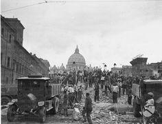 Squadra di operai ripresa su un cumulo di macerie lungo la via aperta in seguito alla demolizione della spina di Borgo 08.10.1937