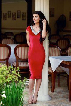 Rochie StarShinerS Famous Look Red. Rochie midi, pe talie realizata din catifea…