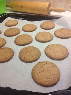 Μπισκότα με φρέσκο βούτυρο, αλεύρι ολικής άλεσης και καστανή ζάχαρη, τα οποία μπορούν να κοπούν με κουπ- πατ και να στολιστούν κατά προτίμηση.