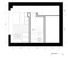 A claraboia do banheiro foi posicionada de modo que a luminosidade que entra pela janela da cozinha atinja o interior do ambiente