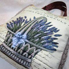 nákupka levandulová na nákup stylově bez igelitky taška ušitá z bavlněné látky v černé barvě a panelu s motivem levandule taška je vypodšívkovaná,uvnitř je zipová kapsa,třeba na klíče 38/40/5 cm ucha se vlezou i na rameno