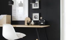Mur noir dans un intérieur moderne Office Decor, Home Office, Office Images, Small Spaces, Desk, Furniture, Home Decor, Modern Interior, Woodwind Instrument