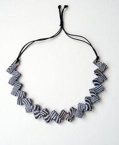 Collana di carta zebrata piegata con chiusura regolabile di Egeo