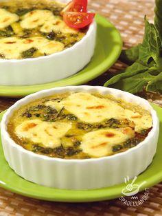 Cercate una ricetta gustosissima, appetitosa e semplice? Le Uova con spinaci, ricotta e mozzarella sono molto scenografiche e di sicuro successo!