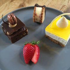 Hvis man gerne vil gøre lidt ud af desserten, er denne skønne dessert-tapas helt fantastisk. Bestående af cheesecake, sandwichis og brownie
