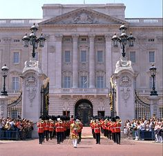 changing of the guards buckingham palace.       11:15 Guards,with bands, start arriving      11:30 Official start time      12:00 Guard change ceremony ends