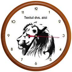 Ceasul reprezinta imaginea unui leu cu ochi verzi.  Ceasul poate fi personalizat cu textul dvs. Clock, Wall, Watch, Clocks, Walls