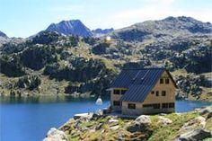 """Hoy os propongo la ruta de los 7 lagos de Colomèrs, otra de los trayectos por los Pirineos que es imprescindible. El circo de Colomèrs es un macizo de montañas en círculo que albergan la mayor concentración de lagos de los Pirineos, """"Tiene Alrededor de 40 lagos"""". La propuesta de hoy es un viaje por un paisaje de una belleza incomparable que enlaza 7 lagos diferentes. Animaros a recorrer una de las rutas acuático/botánicas más espectaculares que jamás hayáis visto."""