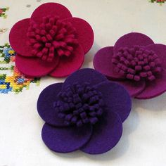 İlgili resim Flower Corsage Brooches for Women, Our collection of flower corsages is full of fantastic floral pieces that will add a little extra bea I love these felt flower canvases and how clean and fun they dot to dot sheets for beginners Felt Flowers, Fabric Flowers, Paper Flowers, Felt Diy, Felt Crafts, Fleurs Diy, Flower Corsage, Felt Brooch, Brooch Pin
