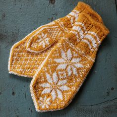 Rosevotter, gule (Ask) - oppskrift Diy Crafts Knitting, Knitting Projects, Knitting Patterns, Sweater Mittens, Baby Mittens, Fair Isle Knitting, Knitting Socks, Mittens Pattern, Knitted Gloves
