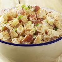 Recette Salade piémontaise, Détailler les pommes de terre en gros cubes et les faire cuire à la vapeur .Couper les tomates aussi en cubes et retirer les graines et l'excès de jus.Couper  les ingrédients en cubes ou