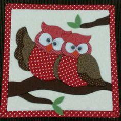 Caixa com patchwork embutido CORUJAS Free Machine Embroidery Designs, Applique Designs, Quilting Designs, Christmas Applique, Christmas Sewing, Owl Applique, Applique Quilts, Owl Patterns, Quilt Patterns