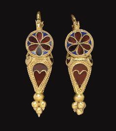 A PAIR OF PARTHIAN GOLD, GARNET AND GLASS EARRINGS CIRCA 1ST-2ND CENTURY A.D.