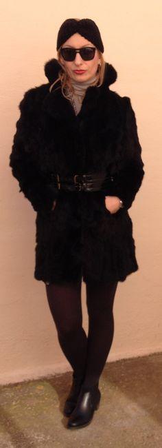 Turbante y abrigo de piel. Total look negro. www.nitantonitancaro.com