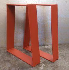 Cette conception de jambe de table contemporaine est simple mais très moderne. Ils ont la forme dun trapèze et la largeur du bas est denviron 6 plus long que la largeur de toit selon la hauteur.  Largeur de toit est de 18 ou ne peut être inférieure à la demande. Pieds de table sont faits de 3 x 1/4  plates, soudés et poli sur chaque coin.    Nous avons également cette même conception utilisant un plat plus épais bar pour une meilleure stabilité, voir le lien ci-dessous…