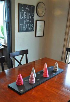 idées déco Noël à faire soi-même - des mini-sapins de Noël DIY en carton et fil textile