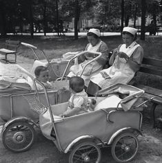 The nurses at the park Vintage Baby Toys, Vintage Pram, Vintage Nurse, Vintage Children, Pram Stroller, Baby Strollers, Beautiful Children, Beautiful Babies, Prams And Pushchairs