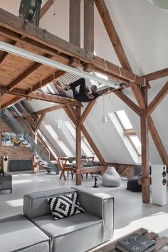 Ein Loft mit spezieller Chill-Zone alte Dachbalken bringen viel Atmosphäre großzügiger Wohnbereich Schlafzimmer mit Badewanne kombiniert Der Essbereich Ein Buller-Ofen sorgt für Gemütlichekeit Sitzkissen zum Chillen Die Küche mit starken Kontrasten