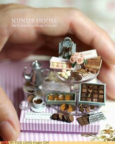 Chocolate Display by Nunu's House - love their minis - the best! Miniature Crafts, Miniature Food, Miniature Dolls, Tiny Food, Tiny Treasures, Miniature Furniture, Miniture Things, Clay Charms, Dollhouse Miniatures