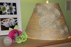 Glue the spirals to the lampshade. Choose any arrangement you like. Then just stick the lampshade on a lamp and youre done! Burlap Projects, Crafty Projects, Diy Projects To Try, Crafts To Make, Diy Crafts, Lampshade Redo, Lampshades, Lampshade Ideas, Sisal