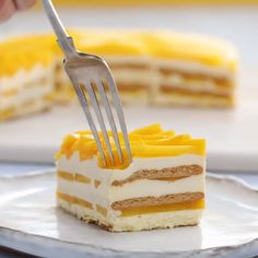 Mango Ice Box Cake You can find ice and more on our website. Köstliche Desserts, Delicious Desserts, Dessert Recipes, Yummy Food, Tasty Chocolate Cake, Chocolate Recipes, Chocolate Buttercream, Chocolate Ganache, Buttercream Frosting