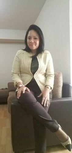 Saco amarillo FEMME, blusa verde ESFERA y pantalon marron LUAO.