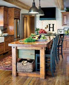 Große Kochinsel aus Holz und hölzerne Schränke in einer gemütlichen Küche - Die moderne Kochinsel in der Küche- 20 verblüffende Ideen für Küchen Design