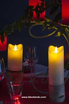 Nos nouvelles bougies led à flamme oscillante. Elles offrent un effet naturel éblouissant ! Decoration Table, Candles, Christmas Tabletop, Candy, Candle Sticks, Candle